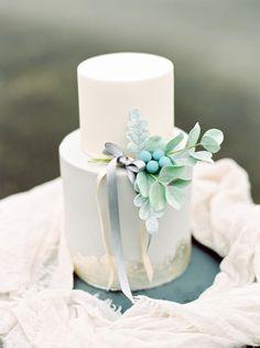 Kleine Hochzeitstorte in Gold und Mint für eine Winterhochzeit – small winter wedding cake with gold and mint details