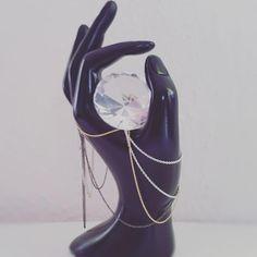 Alle vedhæng skal have en kæde, men hvem siger at man ikke kan bruge en kæde alene? #hvisk #hviskstyling #hviskstylist #hviskjewellery #hviskmyfavorite #smykker #jewellery #sorthånd #sortoghvid