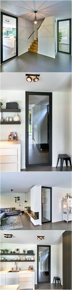 Stalen deur   modern concept van Anyway Doors met zwart geanodiseerd aluminium in combinatie met gehard glas. De deuren worden volledig op maat gemaakt! (geen scharnierbevestiging in de vloer)