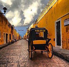 Izamal (Pueblo Mágico) también es conocido como La Ciudad Amarillao La Ciudad de las 3 Culturas. [Yucatán]