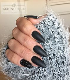 Nägel schwarz matt