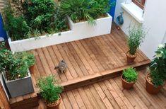 Jeu de niveaux dans un petit jardin pour créer l'impression d'espace. #jardin #petit #terrasse #bois #bac #plante Inspirer, Deck, Halloween, Outdoor Decor, Impression, Gardening, Home Decor, Inspiration, Gardens