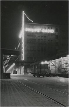1939 - Eindhoven, Strijp, Beukenlaan - Avondopname van het Philipscomplex Strijp-S VVV (uitgever)