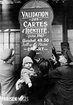 Guerre 1939-1945. Panneau indiquant où faire valider les cartes d'identité pour le passage de la ligne de démarcation. Paris, gare de Lyon. 26 février 1943.