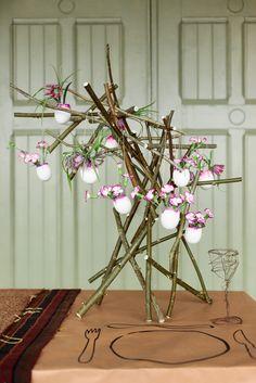 je suis partie de l'idée mais j'ai transformé l'arbre en couronne et j'ai déposé dans les oeufs des petites marguerites et des fleurs sauvages du jardin aussi