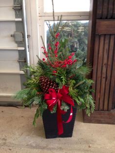 16 Splendid Outdoor Planter Ideas in the Winter Season - lmolnar 16 Splendid Outdoor Planter Ideas in the Winter Season - lmolnar Outdoor Christmas Planters, Christmas Urns, Outside Christmas Decorations, Christmas Greenery, Christmas Arrangements, Christmas Centerpieces, Christmas Themes, Christmas Wreaths, Christmas Crafts