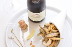 Una frittura di paranza croccante, di pesci di piccolo taglio, da gustare caldissima con un fresco calice di Lambrusco Metodo Classico. ©AnnaFracassi