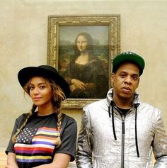 Beyoncé et Jay-Z posing in front of Mona Lisa in the Louvre museum.