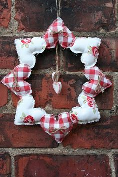 handmade heart wreath - make your own fabric hearts from scraps or use bought hearts and sew together to make this pretty wreath (hearts crafts) Valentine Wreath, Valentine Decorations, Valentine Day Crafts, Holiday Crafts, Christmas Decorations, Valentines, Christmas Sewing Gifts, Christmas Fabric Crafts, Christmas Sewing Projects