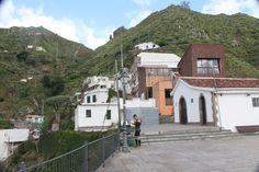 Plaza y Ermita,  aahh! y senderista + contraste, ya no queda Luna....