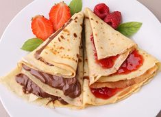 How to fill Crepes - Sweet and savory ideas. Are you thinking of preparing crepes? These simple pancakes possible to prepare numerous recipes, whether sweet or savory, ideal for any time of day. Further, dough to make pancakes It is very . Breakfast Recipes, Dessert Recipes, Desserts, Crepes Nutella, Crepes Party, Chocolate Sauce Recipes, How To Cook Pancakes, Thin Pancakes, French Pancakes