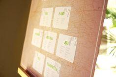 Hochzeitsdekoration - Der Raumplan im Landkartenlook. Jeder Tisch wird nach einem Ort benannt, an dem das Brautpaar einmal gelebt hat.  Eine Dekoration von www.tischleinschmueckdich.de