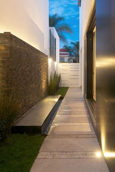 Casa Q by Agraz Arquitectos. Another idea to liven up the side of the home instead of it being a dead space.