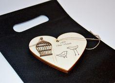Colgador personalizado en forma de corazón. Transferimos a la madera frases, dedicatorias, nombres, fechas, iniciales,.. Lo que desees. El corazón cuenta además con silueta decorativa (según el tema) y cuerda (también disponible cinta, puntilla,..) para poder colgarlo. La medida del corazón es de 10x9cm. Se entrega envuelto en bolsa de tela en color blanco (también disponible en color negro). Solo realizamos bajo pedido en http://www.idea.decoraconideas.com/.