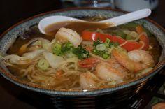 C'est l'occasion de découvrir une nouvelle cuisine : les plats japonais. Cette recette aux crevettes permet de cuisiner un plat délicieux et traditionnel. Thai Red Curry, Food And Drink, Meat, Chicken, Cooking, Ethnic Recipes, Occasion, Hui, Wonderland