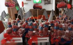 Centro de mesas: Banderillas de bombones con chochitos.