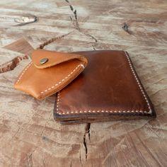 Mismo cuero después de dos años de uso. • #cuero #leather #leatherworking #leatherwork #leatherworker  #craft #craftmanship #handmade #hechamano #hechoenchile #conce #artesania #arte #diseño #design #stitch #stitching #handstitched #handstitchedleather Card Case, Wallet, Cards, Instagram, Leather, Pocket Wallet, Handmade Purses, Maps, Playing Cards