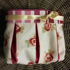 Tutorial here:  https://www.pattydoo.de/blog/2013/06/sewing-tutorial-pouch-susie/