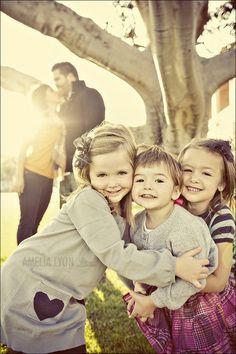 Oh my goodness - how adorable!   One of 32 Creative Ways To Take Picture With Your Family by: Top Dreamer