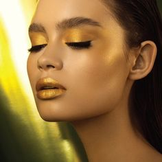 Natasha Denona Metropolis Eyeshadow Palette might be the word for Fall 2019 but her new Mini Gold Eyeshadow Palette and Glow Gold Highlight Duo should be Gold Eyeshadow Palette, Shimmer Eyeshadow, Gold Highlight Makeup, Super Glow, Beauty Makeup, Eye Makeup, Gold Makeup Looks, Glow Palette, Gold Face