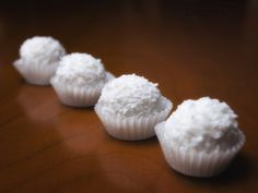 Some Mexican dessert recipes are very elegant and these tasty little coconut balls can definitely be described in that way. Serve these afte. Raw Desserts, Asian Desserts, Sweet Desserts, Coconut Recipes, Raw Food Recipes, Sweet Recipes, Ice Cream Deserts, Hispanic Dishes, Coconut Balls