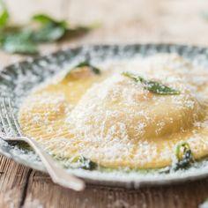 Nudeln selber machen ist immer was ganz Besonders - aber diese riesengroßen Ravioli hinterlässt garantiert eine Menge Eindruck bei deinen Gästen!