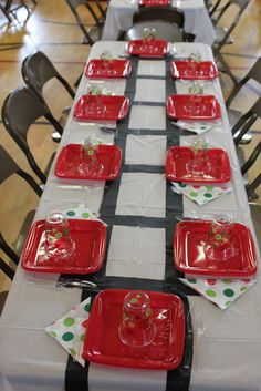 Polar Express Party - How fun is this party table setting? Doesn't look too hard, either. #polarexpress #christmasparty