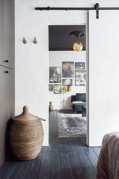 Maria Louise og Kristian tør mere i deres hjem end de fleste Copenhagen Design, Black And White Interior, Black White, White Apartment, Diy Home Decor On A Budget, White Houses, Beautiful Interiors, White Interiors, White Decor