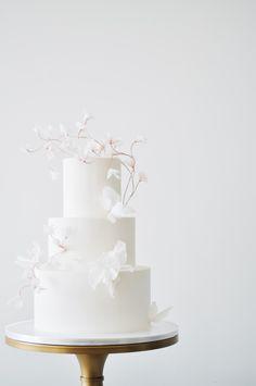6 Wedding Cake Trends in 2020 White Wedding Cakes, Elegant Wedding Cakes, Wedding Cake Designs, Cake Wedding, Floral Wedding, Madame C, Engagement Cakes, Minimal Wedding, Cake Bars