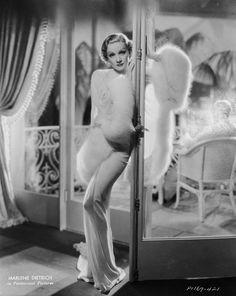 Dans Desire, le film de Frank Borzage paru en 1936, Marlene Dietrich porte une robe en satin dessinée par le costumier Travis Banton, connu à l'époque pour habiller les plus grandes stars hollywoodiennes.