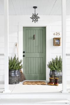 Sage green front door Sage green wall color Green is one of my favorite colors and I epsecially love this lighter shade. Sage green is so claming. I'm sharing my favorite examples of sage green decor. Green Front Doors, Exterior Front Doors, Colored Front Doors, Colored Door, Exterior Door Colors, Entry Doors, Wood Exterior Door, Exterior Design, Blue Doors