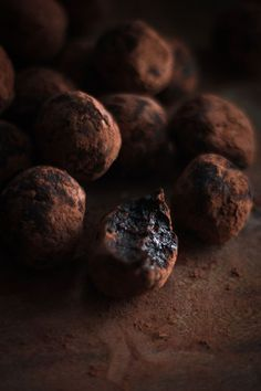 """Date & Cocoa Raw Truffles (Love Food Eat). """"You are literally 2 ingredients and 2 minutes away from one of the easiest and tastiest raw desserts. Desserts Crus, Desserts Sains, Raw Desserts, Healthy Desserts, Raw Food Recipes, Dessert Recipes, Vegetarian Recipes, Healthy Food, Yummy Food"""