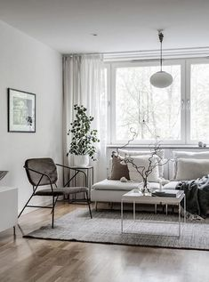 White living room with accent pieces Home Decor Furniture, Home Decor Items, Cheap Home Decor, Furniture Design, Living Room Interior, Living Room Decor, Living Rooms, Shed Decor, White Curtains
