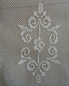 File işi Cross Stitch Borders, Cross Stitch Flowers, Needle Lace, Needle And Thread, Lace Embroidery, Tulle Lace, Filet Crochet, Diy And Crafts, Crochet Patterns