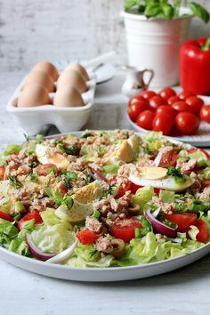 Fit sałatka z jajkiem i tuńczykiem   Tysia Gotuje blog kulinarny Lunch Recipes, Cobb Salad, Food And Drink, Menu, Cooking, Breakfast, Healthy, Blog, Diet