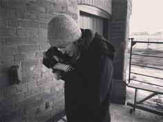 Sally realising how challenging taking photos is when its freezing cold. #numbfingers . #coldhands #frostymorning #threehares #bickleyhallfarm #cheshirewildlifetrust #designagence #nomadicdesigners #photoshoot #backstage #designers #remoteworkers #farmday #cheshire #cheshireeast
