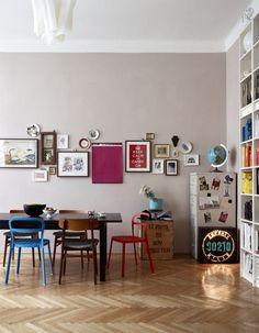 Num prédio com muita história em Viena, um artista e designer montou um apartamento para contar a sua própria. A sala de jantar, acompanhada de uma estante preenchida de livros do chão ao teto, está repleta de móveis, objetos e adornos garimpados pelo morador nos mais diversos lugares, como um inventário de lembranças e pequenas paixões. peixe do piso, originais do tempo em que o edifício do início do século 20 abrigava uma fábrica têxtil.