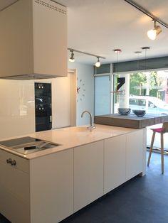 Cocina Santos modelo Karmel lacada en color Blanco mate, sin tiradores. Equipada con Gaggenau, en nuestro showroom en Cornellà. #cocinassantos #cocinas #diseño #gaggenau #santos