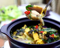 Khi phần chuối đã chín và phần thịt, ốc thấm đều gia vị, bạn cho phần đậu phụ vào, nấu khoảng 4 đến 5 phút nữa bạn tiếp tục cho lá lốt, tía tô và hành lá