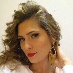 10 maquiagens da Lívia Andrade: O delineado vem esfumado no cantinho com um pouco de sombra marrom. Os cílios são sempre caprichados e o batom, escuro.