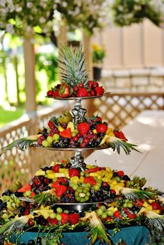 Looks DELISH - Fruit display Fruit Tables, Fruit Buffet, Fruit Trays, Veggie Display, Veggie Tray, Deco Fruit, Appetizers For Kids, Wedding Appetizers, Catering Display