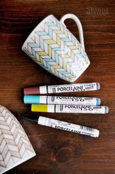 Hand-drawn DIY decorated mugs using Pebeo Porcelaine 150 China Paint Fine Tip Markers NOT Sharpies Sharpie Projects, Sharpie Crafts, Sharpie Art, Diy Projects To Try, Sharpies, Sharpie Mug Designs, Diy Mug Designs, Clay Projects, Cute Crafts