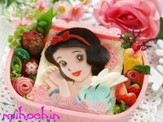 Snow White Sandwich Bento Bento Box Lunch For Kids, Sushi Lunch, Kawaii Bento, Cute Bento, Japanese Lunch Box, Japanese Food, Bento Recipes, Bento Ideas, Comida Disney
