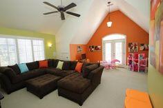 Hohe Decken geben diese Familien Zimmer ein Gefühl von Raum, die perfekt in eine Familie Mansardenzimmer und Spielzimmer.