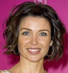Short Wavy Bob Hairstyles with Bangs 2015 – Wavy hair looks best when it was eventually cut short. This way it's simple to maintain during the day with little fuss. The waves could be mowed i… Short Curly Hairstyles For Women, Wavy Bob Hairstyles, Short Hair Cuts For Women, Short Haircuts, Medium Haircuts, Brunette Hairstyles, Grey Haircuts, Hairstyles Pictures, Feathered Hairstyles