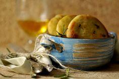 Le focaccine al rosmarino con farina di ceci e pasta madre disidratata, sono morbide e molto gustose, ideali come spuntino sia da sole che farcite con .....