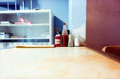 Une photo de William Eggleston, que j'admire car dans le quotidien, il déniche toujours la beauté intemporelle. Ici, il fait d'une table de restaurant un tableau pour l'éternité