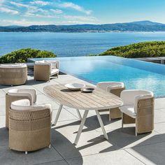 Une table de jardin ovale, Ethimo