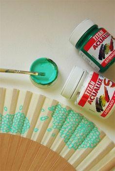 USANDO ACUALUX SOBRE TELAS Entre los muchos usos posibles de ACUALUX TITAN SATINADO está también éste: pintar con ellos telas que no tengan que ir habitualmente a la lavadora. Abanicos, bolsas, neceseres, pueden ser decorados así. La gama de colores es realmente extensa, pero si a eso añadimos que los tonos se mezclan perfectamente, el resultado es que ACUALUX se adapta a todos los gustos.  Ficha producto