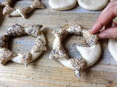 ~ panini per i giorni di festa in 2020 Pastry Recipes, Bread Recipes, Tasty Bread Recipe, Bread Art, Bread Shaping, Braided Bread, Biscotti Cookies, Tasty Videos, Bread And Pastries